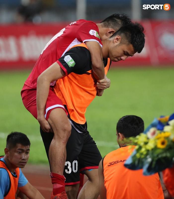 """Thủ môn U23 """"đảm đang"""" cõng đồng đội chấn thương rời sân, Hải Phòng FC thắng CLB Bình Phước đầy cảm xúc ở Cúp Quốc gia - Ảnh 1."""