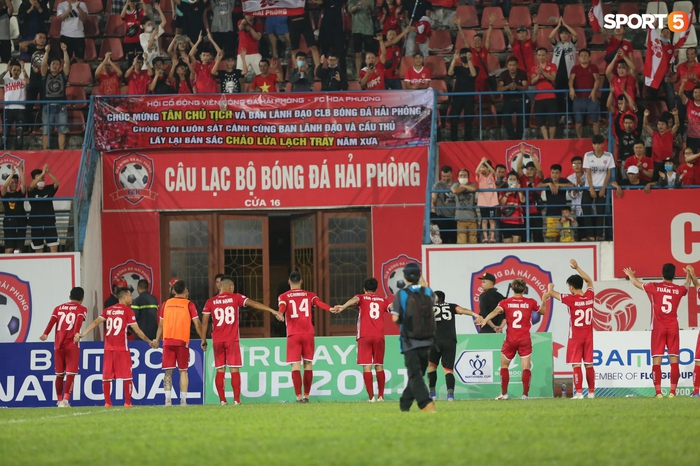 """Thủ môn U23 """"đảm đang"""" cõng đồng đội chấn thương rời sân, Hải Phòng FC thắng CLB Bình Phước đầy cảm xúc ở Cúp Quốc gia - Ảnh 7."""