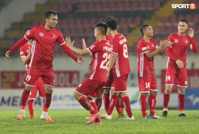 """Thủ môn U23 """"đảm đang"""" cõng đồng đội chấn thương rời sân, Hải Phòng FC thắng CLB Bình Phước đầy cảm xúc ở Cúp Quốc gia - Ảnh 5."""