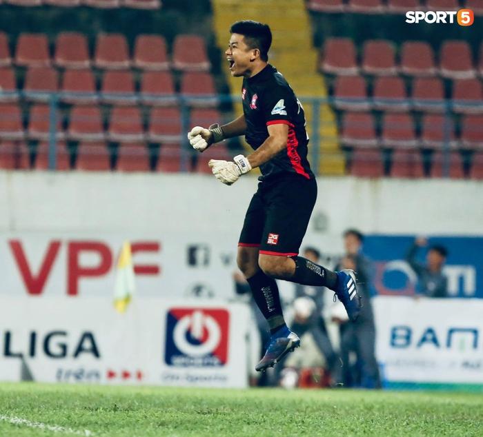"""Thủ môn U23 """"đảm đang"""" cõng đồng đội chấn thương rời sân, Hải Phòng FC thắng CLB Bình Phước đầy cảm xúc ở Cúp Quốc gia - Ảnh 6."""