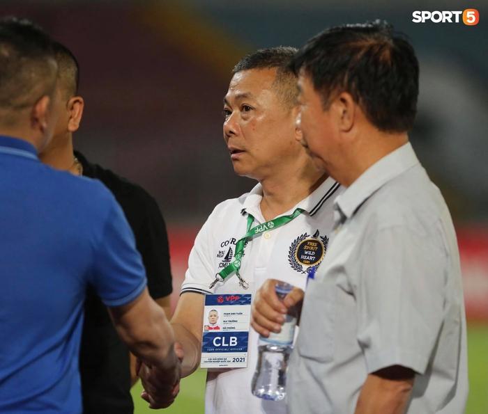 """Thủ môn U23 """"đảm đang"""" cõng đồng đội chấn thương rời sân, Hải Phòng FC thắng CLB Bình Phước đầy cảm xúc ở Cúp Quốc gia - Ảnh 9."""