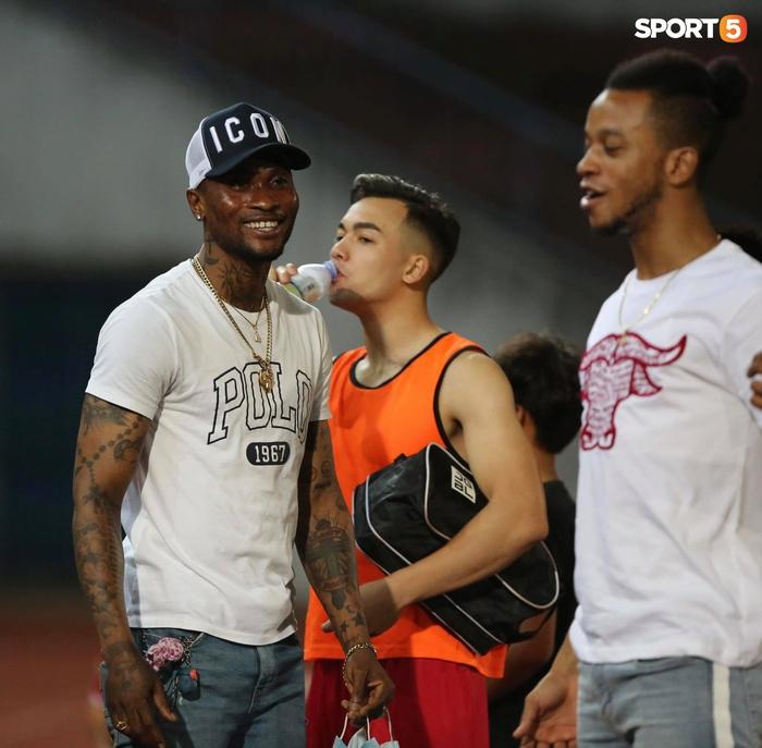 """Thủ môn U23 """"đảm đang"""" cõng đồng đội chấn thương rời sân, Hải Phòng FC thắng CLB Bình Phước đầy cảm xúc ở Cúp Quốc gia - Ảnh 8."""
