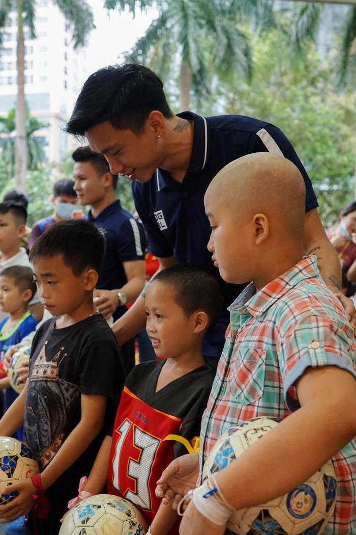 Cầu thủ Hà Nội FC giao lưu với bệnh nhi ung thư: Con sẽ chiến thắng! - Ảnh 7.