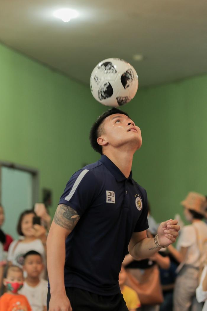 Cầu thủ Hà Nội FC giao lưu với bệnh nhi ung thư: Con sẽ chiến thắng! - Ảnh 3.