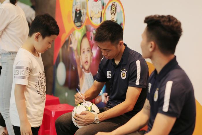 Cầu thủ Hà Nội FC giao lưu với bệnh nhi ung thư: Con sẽ chiến thắng! - Ảnh 6.