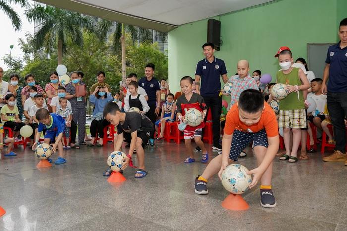 Cầu thủ Hà Nội FC giao lưu với bệnh nhi ung thư: Con sẽ chiến thắng! - Ảnh 9.