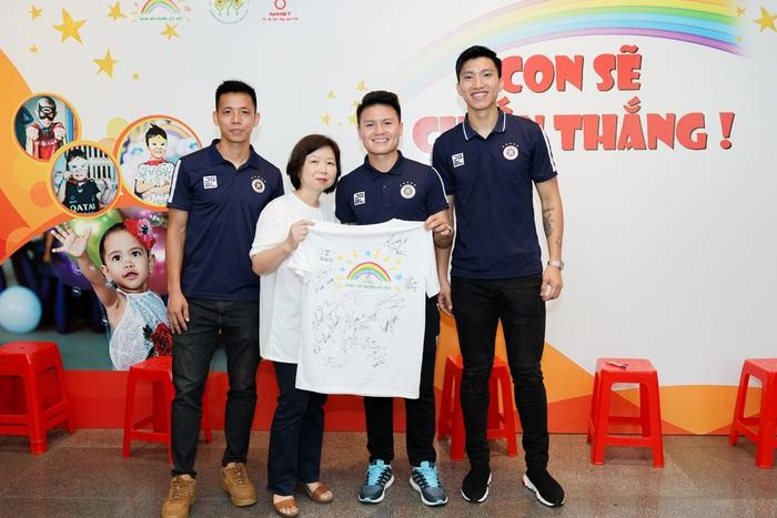 Cầu thủ Hà Nội FC giao lưu với bệnh nhi ung thư: Con sẽ chiến thắng! - Ảnh 1.