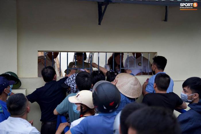 Người hâm mộ đội mưa mua vé trận Thanh Hóa gặp HAGL, số lượng bán ra còn hạn chế - Ảnh 2.