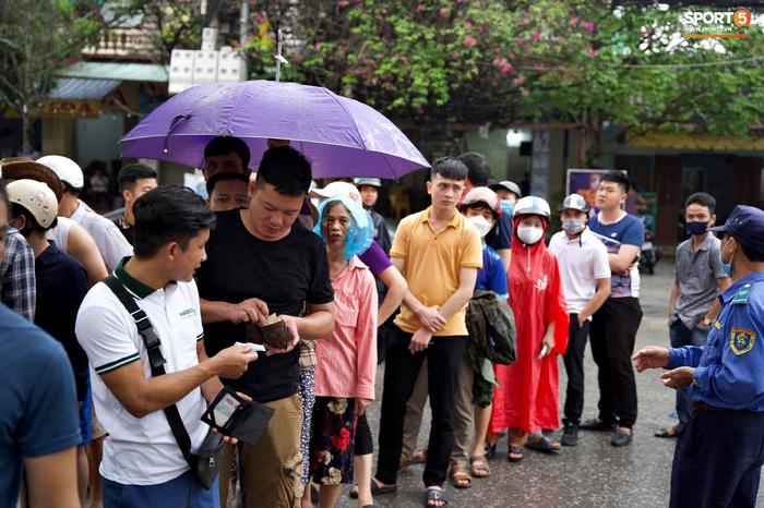 Người hâm mộ đội mưa mua vé trận Thanh Hóa gặp HAGL, số lượng bán ra còn hạn chế - Ảnh 3.