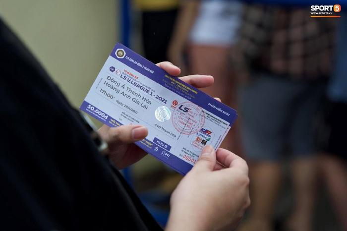 Người hâm mộ đội mưa mua vé trận Thanh Hóa gặp HAGL, số lượng bán ra còn hạn chế - Ảnh 4.