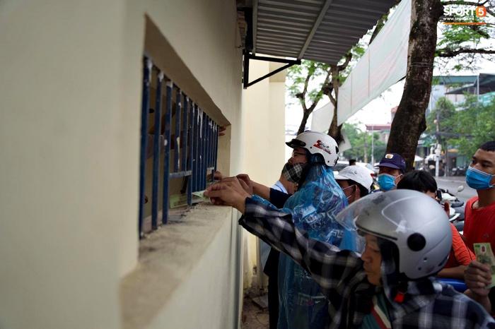 Người hâm mộ đội mưa mua vé trận Thanh Hóa gặp HAGL, số lượng bán ra còn hạn chế - Ảnh 5.