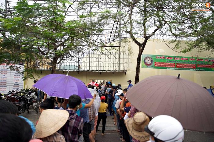 Người hâm mộ đội mưa mua vé trận Thanh Hóa gặp HAGL, số lượng bán ra còn hạn chế - Ảnh 6.