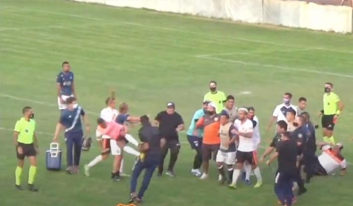 Màn loạn đả kinh hoàng: Cầu thủ song phi khiến HLV văng cả mét, một thành viên thậm chí bị đánh tụt cả quần - Ảnh 2.
