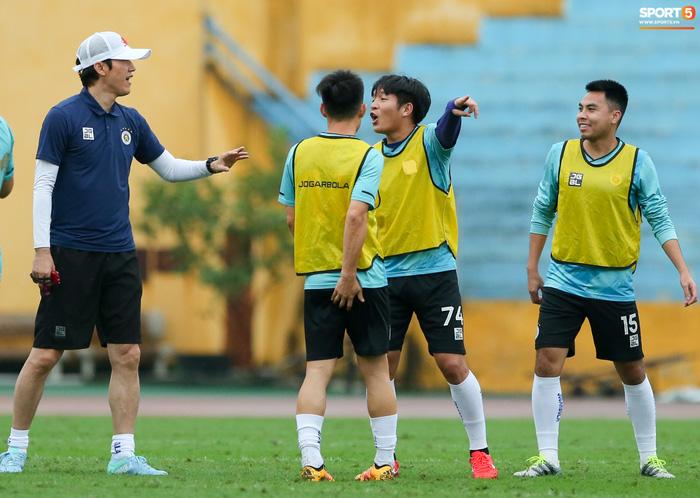 Cầu thủ Hà Nội FC tranh luận cực hăng với HLV Hàn Quốc khi chơi game - Ảnh 3.