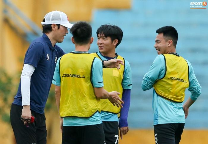 Cầu thủ Hà Nội FC tranh luận cực hăng với HLV Hàn Quốc khi chơi game - Ảnh 4.