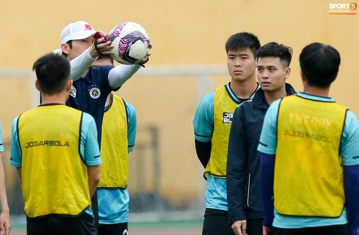 Cầu thủ Hà Nội FC tranh luận cực hăng với HLV Hàn Quốc khi chơi game - Ảnh 1.