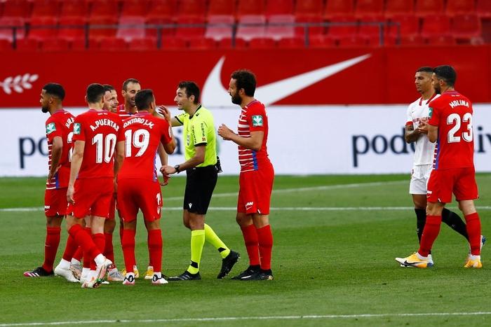 Cầu thủ cởi đồ rồi lại phải vào sân vì trọng tài nhầm thời gian - Ảnh 2.