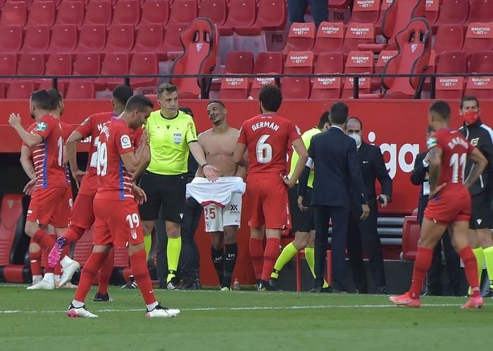 Cầu thủ cởi đồ rồi lại phải vào sân vì trọng tài nhầm thời gian - Ảnh 3.