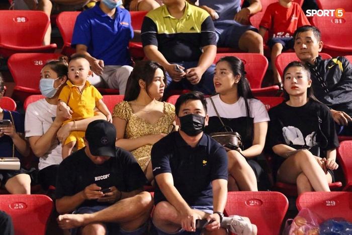 Bạn gái mẫu Tây chiếm spotlight khi đến cổ vũ Bùi Tiến Dũng bắt chính trận TP.HCM gặp Viettel - Ảnh 7.