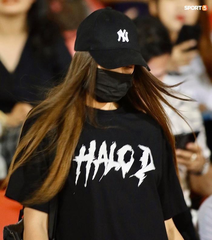 Bạn gái mẫu Tây chiếm spotlight khi đến cổ vũ Bùi Tiến Dũng bắt chính trận TP.HCM gặp Viettel - Ảnh 4.