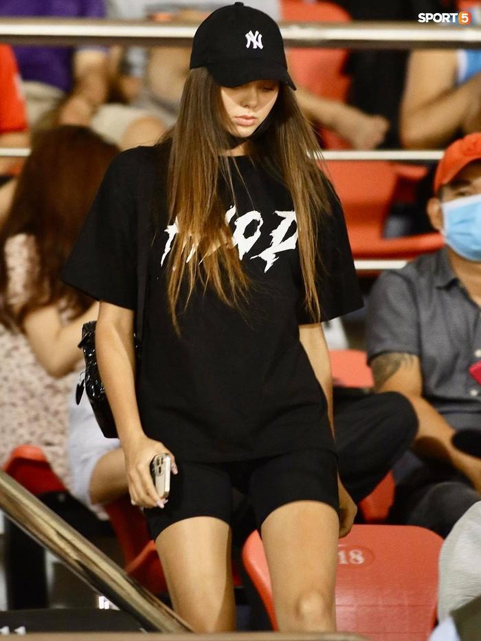 Bạn gái mẫu Tây chiếm spotlight khi đến cổ vũ Bùi Tiến Dũng bắt chính trận TP.HCM gặp Viettel - Ảnh 2.