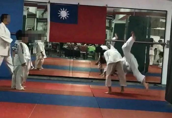 Cậu bé 7 tuổi chết não sau khi bị thầy giáo và bạn tập quật ngã 27 lần trong lớp Judo - Ảnh 2.