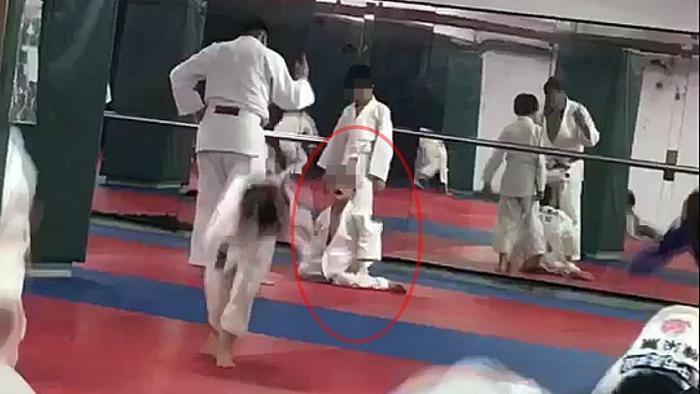 Cậu bé 7 tuổi chết não sau khi bị thầy giáo và bạn tập quật ngã 27 lần trong lớp Judo - Ảnh 3.