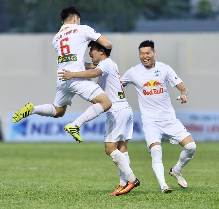Xuân Trường bị đồng đội tạt nước chúc mừng sinh nhật sau trận HAGL thắng Thanh Hóa - Ảnh 3.