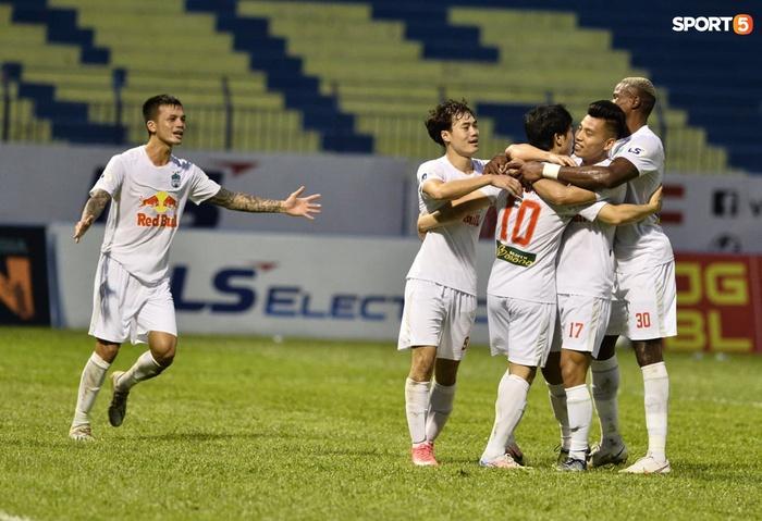 Xuân Trường nhảy lên ôm đầu Minh Vương, chúc mừng bạn thân ghi bàn thắng đẹp mắt cho HAGL - ảnh 9