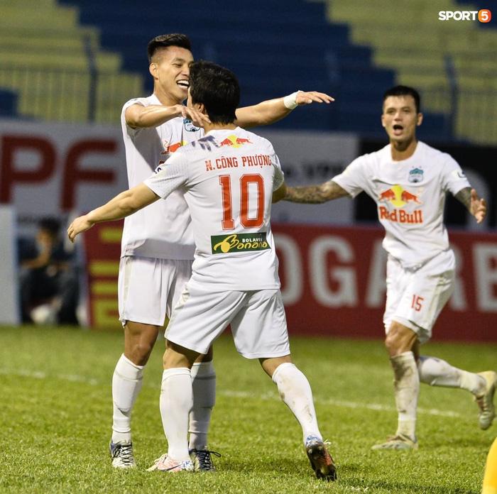 Xuân Trường nhảy lên ôm đầu Minh Vương, chúc mừng bạn thân ghi bàn thắng đẹp mắt cho HAGL - ảnh 8