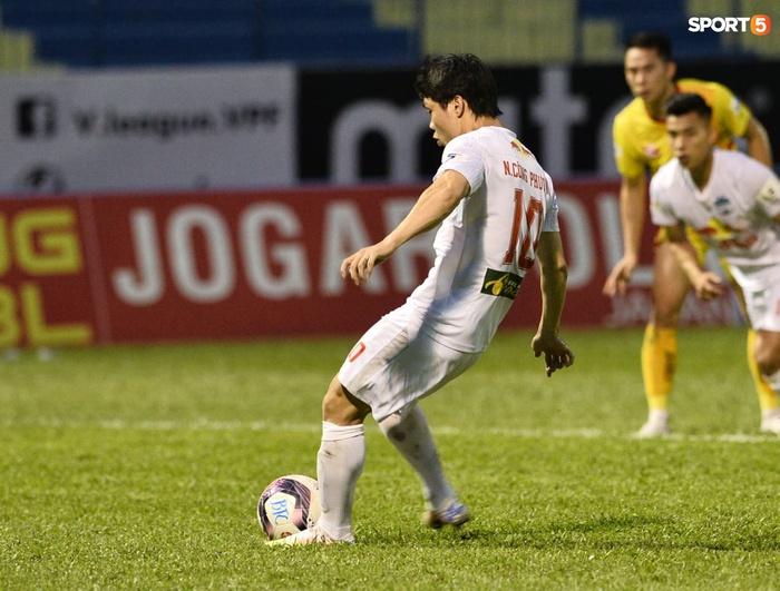 Xuân Trường nhảy lên ôm đầu Minh Vương, chúc mừng bạn thân ghi bàn thắng đẹp mắt cho HAGL - ảnh 7