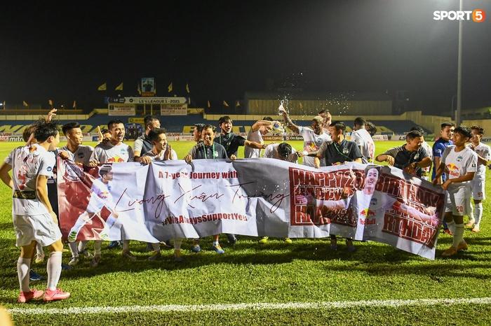 Xuân Trường bị đồng đội tạt nước chúc mừng sinh nhật sau trận HAGL thắng Thanh Hóa - Ảnh 2.