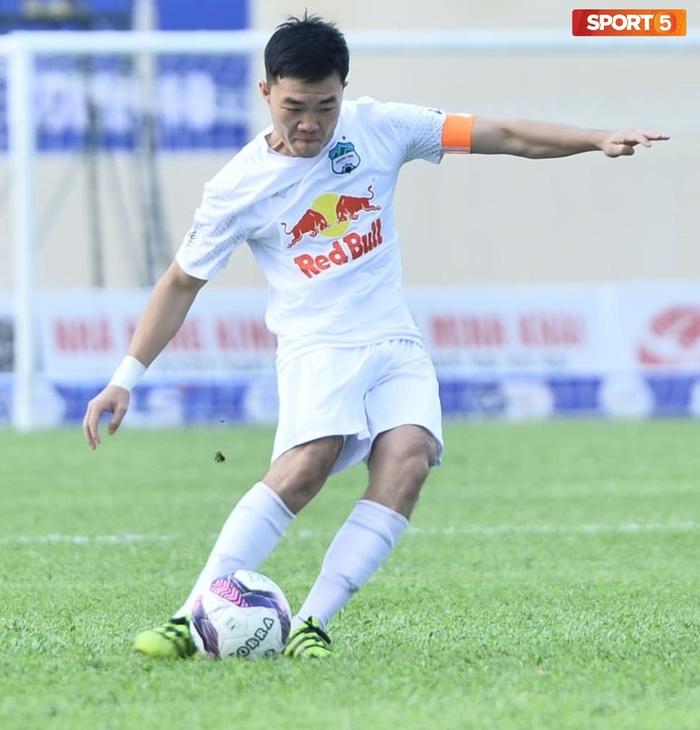 Xuân Trường nhảy lên ôm đầu Minh Vương, chúc mừng bạn thân ghi bàn thắng đẹp mắt cho HAGL - ảnh 6