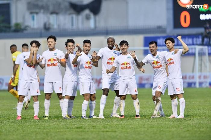 Xuân Trường nhảy lên ôm đầu Minh Vương, chúc mừng bạn thân ghi bàn thắng đẹp mắt cho HAGL - ảnh 5