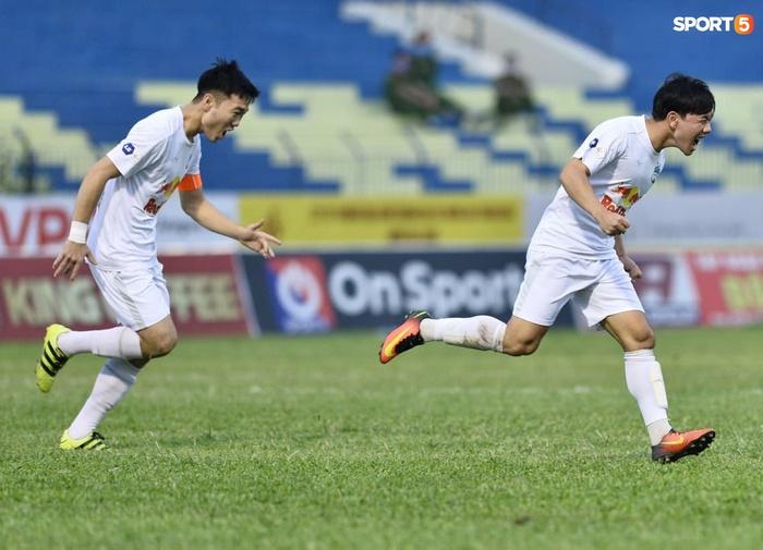 Xuân Trường nhảy lên ôm đầu Minh Vương, chúc mừng bạn thân ghi bàn thắng đẹp mắt cho HAGL - ảnh 2