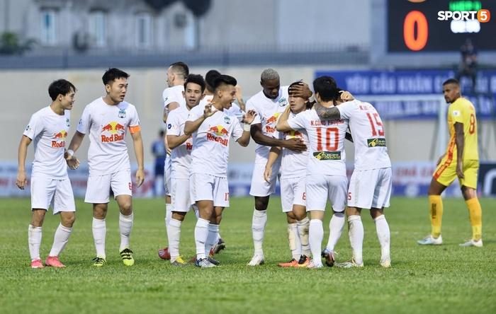 Xuân Trường nhảy lên ôm đầu Minh Vương, chúc mừng bạn thân ghi bàn thắng đẹp mắt cho HAGL - ảnh 4