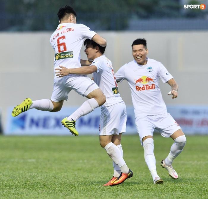 Xuân Trường nhảy lên ôm đầu Minh Vương, chúc mừng bạn thân ghi bàn thắng đẹp mắt cho HAGL - ảnh 3