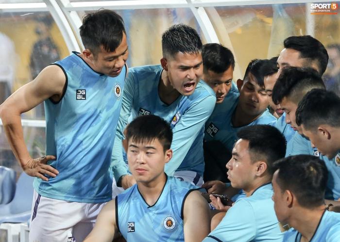 Cầu thủ Hà Nội FC xem HAGL thi đấu qua điện thoại, thất vọng khi Công Phượng ghi bàn - Ảnh 5.