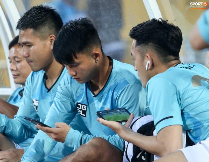 Cầu thủ Hà Nội FC xem HAGL thi đấu qua điện thoại, thất vọng khi Công Phượng ghi bàn - Ảnh 2.
