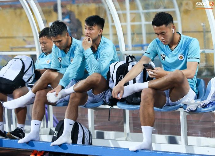 Cầu thủ Hà Nội FC xem HAGL thi đấu qua điện thoại, thất vọng khi Công Phượng ghi bàn - Ảnh 1.