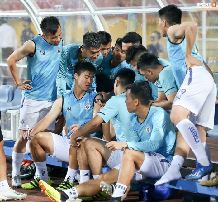 Cầu thủ Hà Nội FC xem HAGL thi đấu qua điện thoại, thất vọng khi Công Phượng ghi bàn - Ảnh 3.