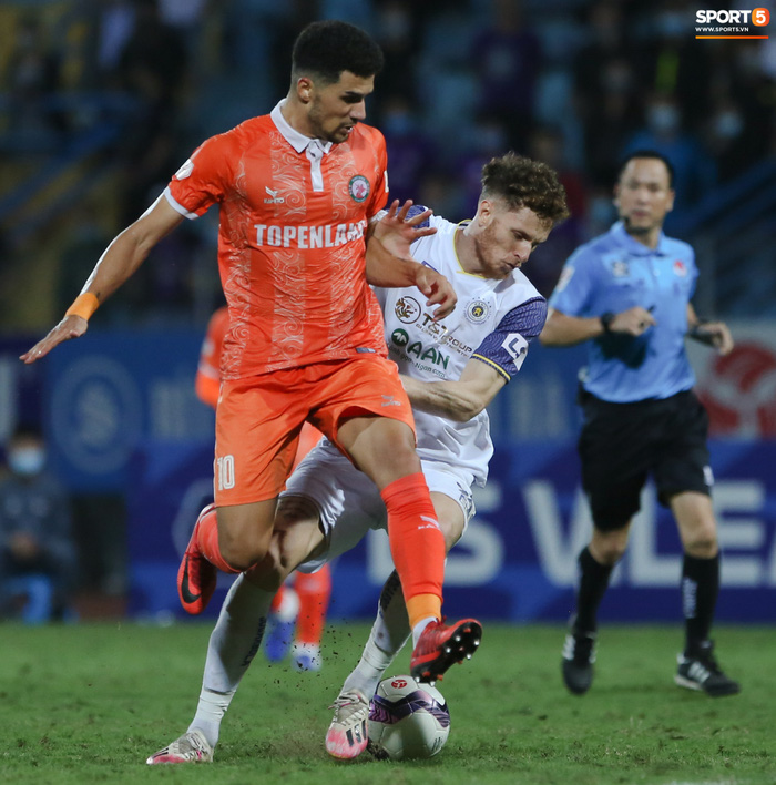 Cựu cầu thủ U16 Barca nằm sân câu giờ, bị HLV Bình Định mắng không hiểu gì về bóng đá Việt Nam - ảnh 1