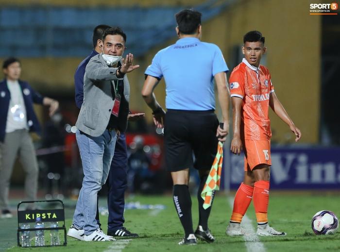 Cựu cầu thủ U16 Barca nằm sân câu giờ, bị HLV Bình Định mắng không hiểu gì về bóng đá Việt Nam - ảnh 12