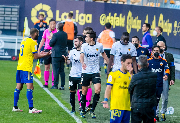 Cầu thủ Valencia đồng loạt rời sân giữa trận vì phân biệt chủng tộc - Ảnh 7.