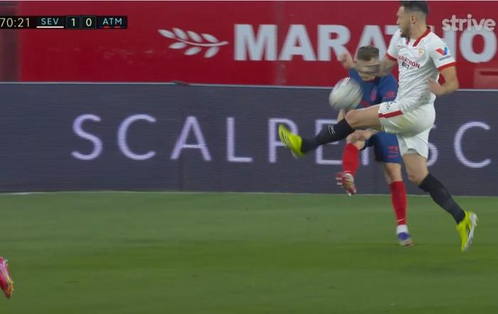 Atletico Madrid gục ngã trước Sevilla, thời cơ soán ngôi đầu La Liga của Barca và Real đã đến - Ảnh 6.