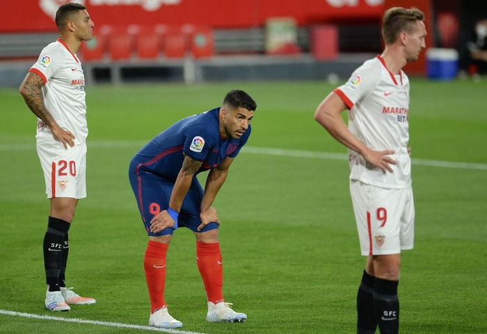 Atletico Madrid gục ngã trước Sevilla, thời cơ soán ngôi đầu La Liga của Barca và Real đã đến - Ảnh 7.