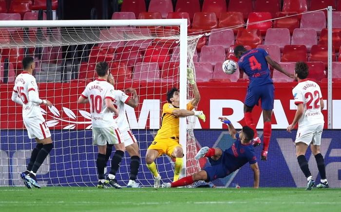 Atletico Madrid gục ngã trước Sevilla, thời cơ soán ngôi đầu La Liga của Barca và Real đã đến - Ảnh 8.