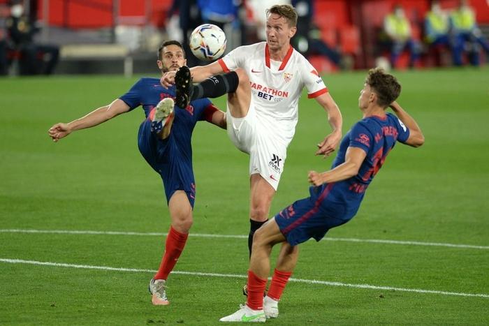 Atletico Madrid gục ngã trước Sevilla, thời cơ soán ngôi đầu La Liga của Barca và Real đã đến - Ảnh 4.