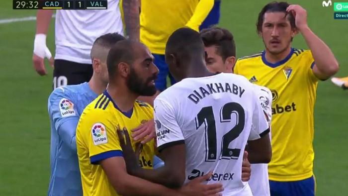 Cầu thủ Valencia đồng loạt rời sân giữa trận vì phân biệt chủng tộc - Ảnh 2.