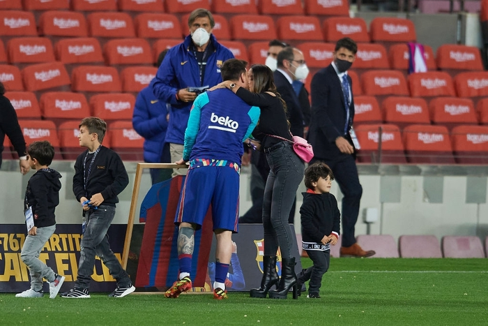 """Messi tình tứ """"khóa môi"""" vợ trong ngày hoàn tất cú đúp vĩ đại nhất Barcelona - Ảnh 3."""